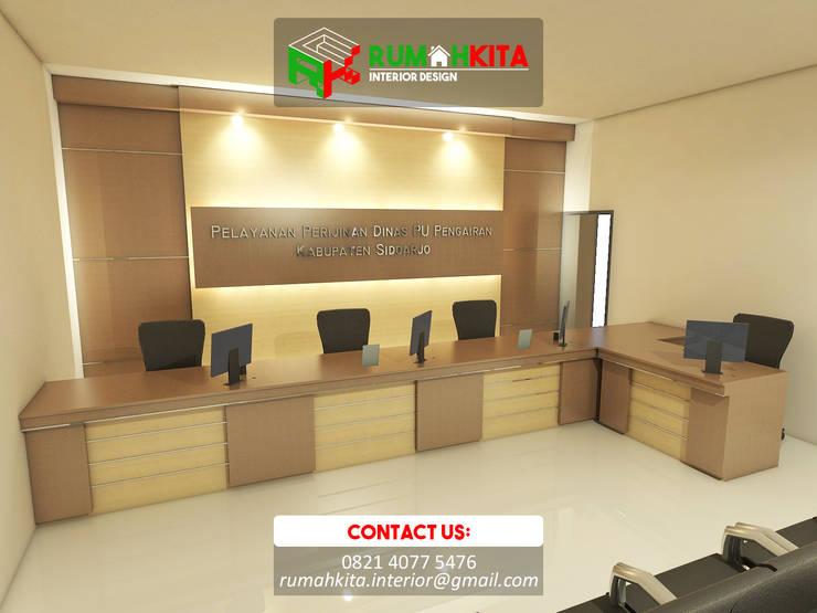 Meja Customer Service:  Study/office by RumahKita Interior