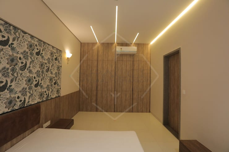 HMC—HIS MASTERS CHOICE :  Bedroom by SPACCE INTERIORS