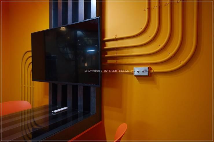回到未來!環球影城3D奇幻科技工業風:  辦公室&店面 by 三宅一秀空間創藝有限公司