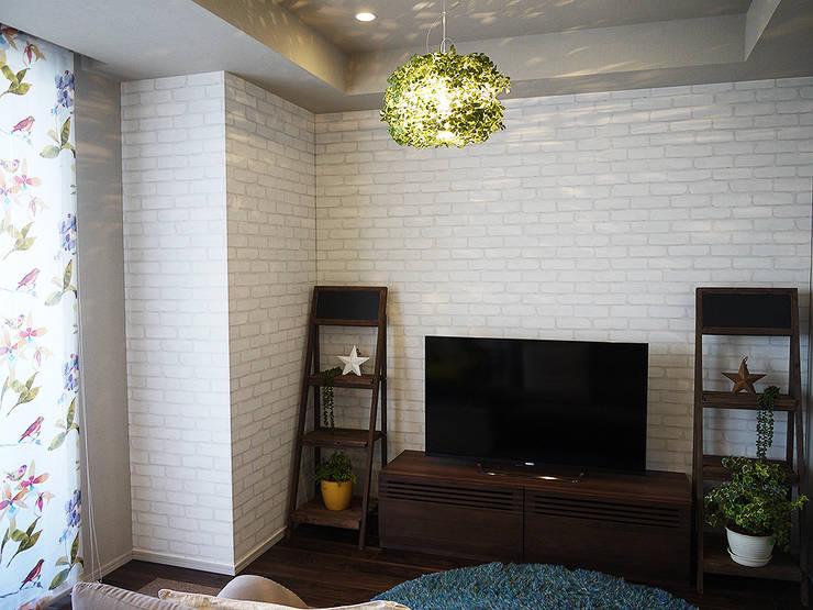 Salas / recibidores de estilo  por 株式会社アートアーク一級建築士事務所, Escandinavo Ladrillos