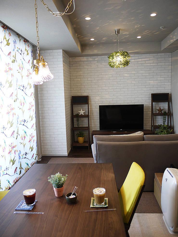Salas / recibidores de estilo  por 株式会社アートアーク一級建築士事務所, Escandinavo Vidrio
