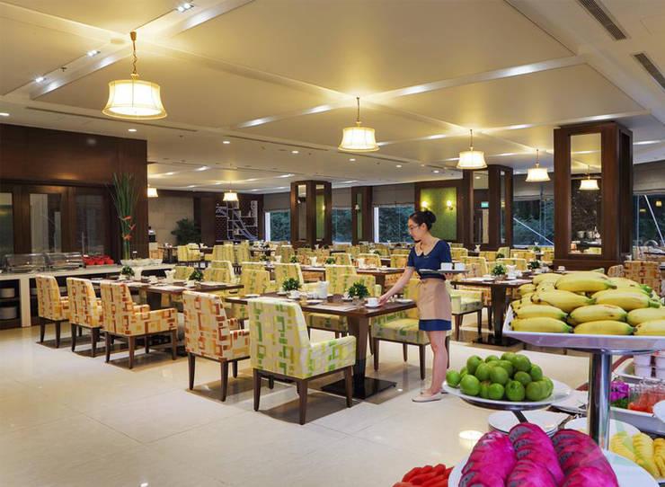 CENTRAL HOTEL SỐ 39-39A NGUYỄN TRUNG TRỰC, BẾN THÀNH, QUẬN 1:  Phòng ăn by CÔNG TY TNHH SXTM DV & TRANG TRÍ NỘI THẤT VĂN NAM