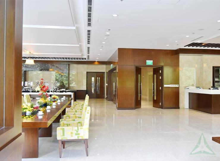 CENTRAL HOTEL SỐ 39-39A NGUYỄN TRUNG TRỰC, BẾN THÀNH, QUẬN 1:  Hành lang by VAN NAM FURNITURE & INTERIOR DECORATION CO., LTD.