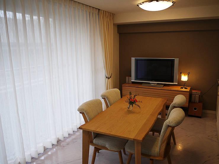 Salas / recibidores de estilo  por 株式会社アートアーク一級建築士事務所, Moderno Madera Acabado en madera