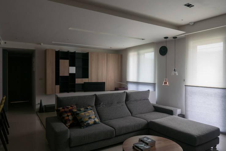 北投黃公館:  客廳 by 中介空間設計