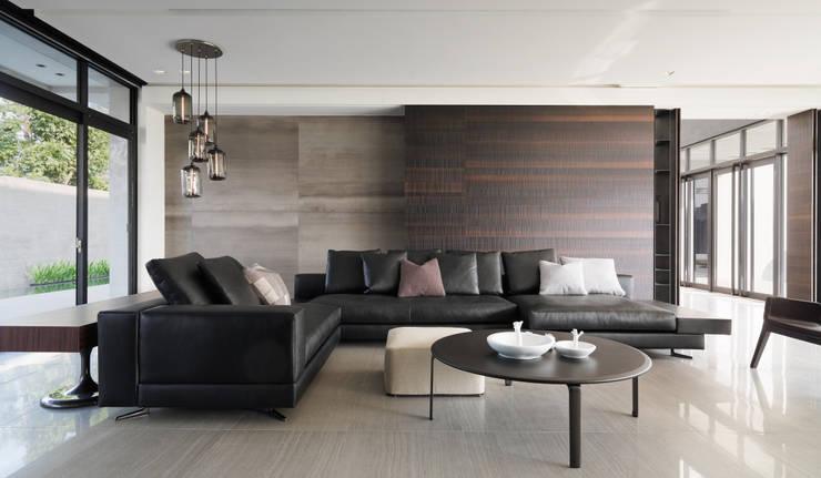 2015 TID 台灣室內設計大獎 /居住空間 /複層:  客廳 by HJF建築室內設計  Ho Jia-fu Interior Design Co., Ltd.