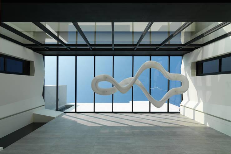 Koridor dan lorong oleh HJF建築室內設計  Ho Jia-fu Interior Design Co., Ltd., Modern Kaca