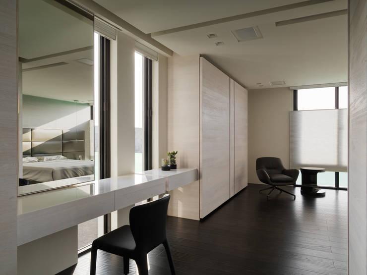 2015 TID 台灣室內設計大獎 /居住空間 /複層:  臥室 by HJF建築室內設計  Ho Jia-fu Interior Design Co., Ltd.