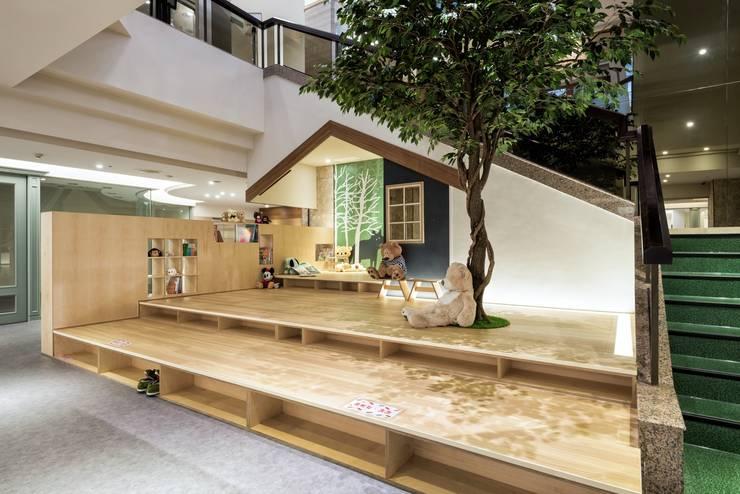 兒童休憩遊戲區:  商業空間 by 青易國際設計