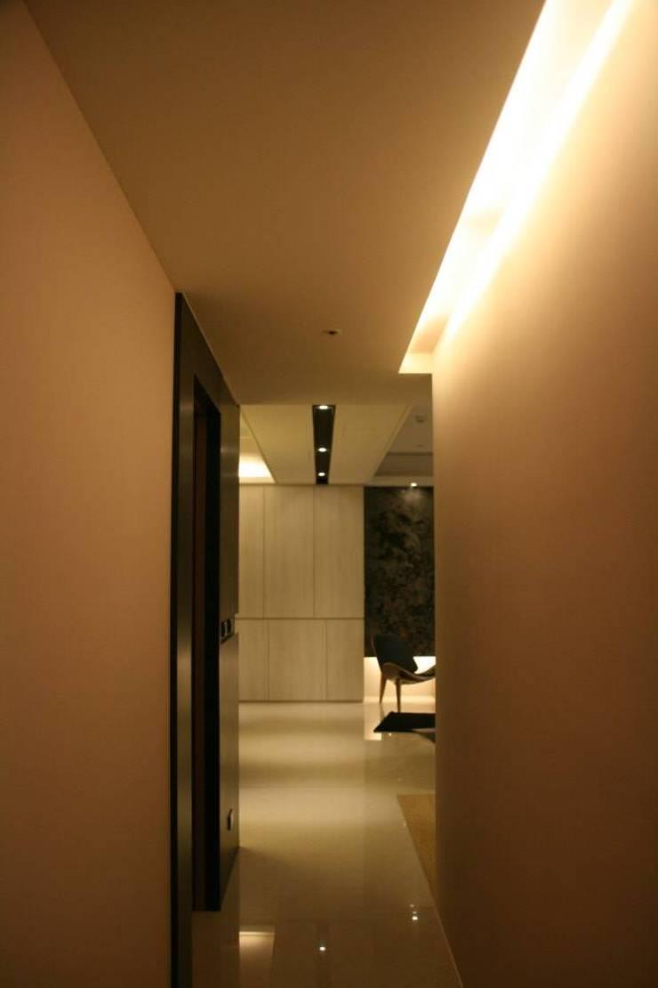 名毅一山 實品屋:  玄關、走廊與階梯 by 16.A.DesignCrew