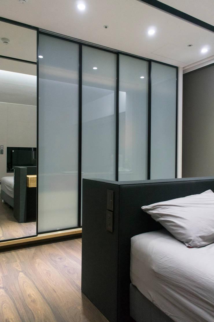 永和 夏邸:  臥室 by 16.A.DesignCrew
