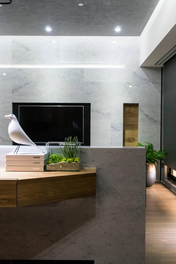 永和 夏邸:  書房/辦公室 by 16.A.DesignCrew
