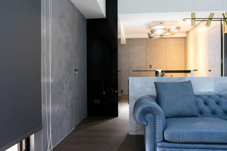 永和 夏邸:  客廳 by 16.A.DesignCrew