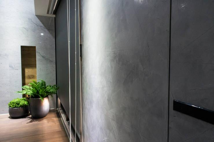 永和 夏邸:  玄關、走廊與階梯 by 16.A.DesignCrew