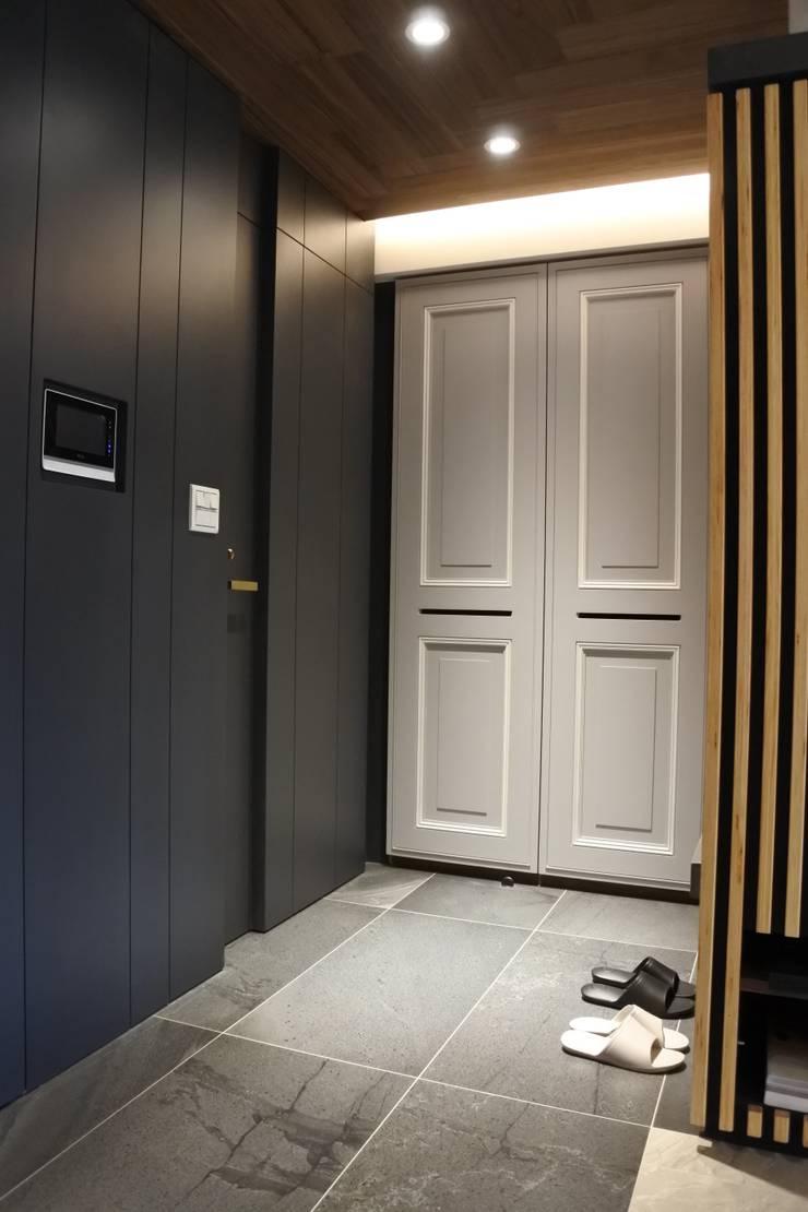 永和潘邸:  玄關、走廊與階梯 by 16.A.DesignCrew