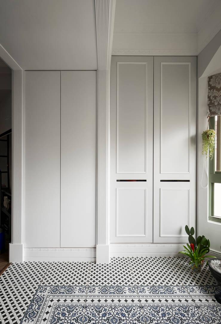 桃園 戴邸:  玄關、走廊與階梯 by 16.A.DesignCrew