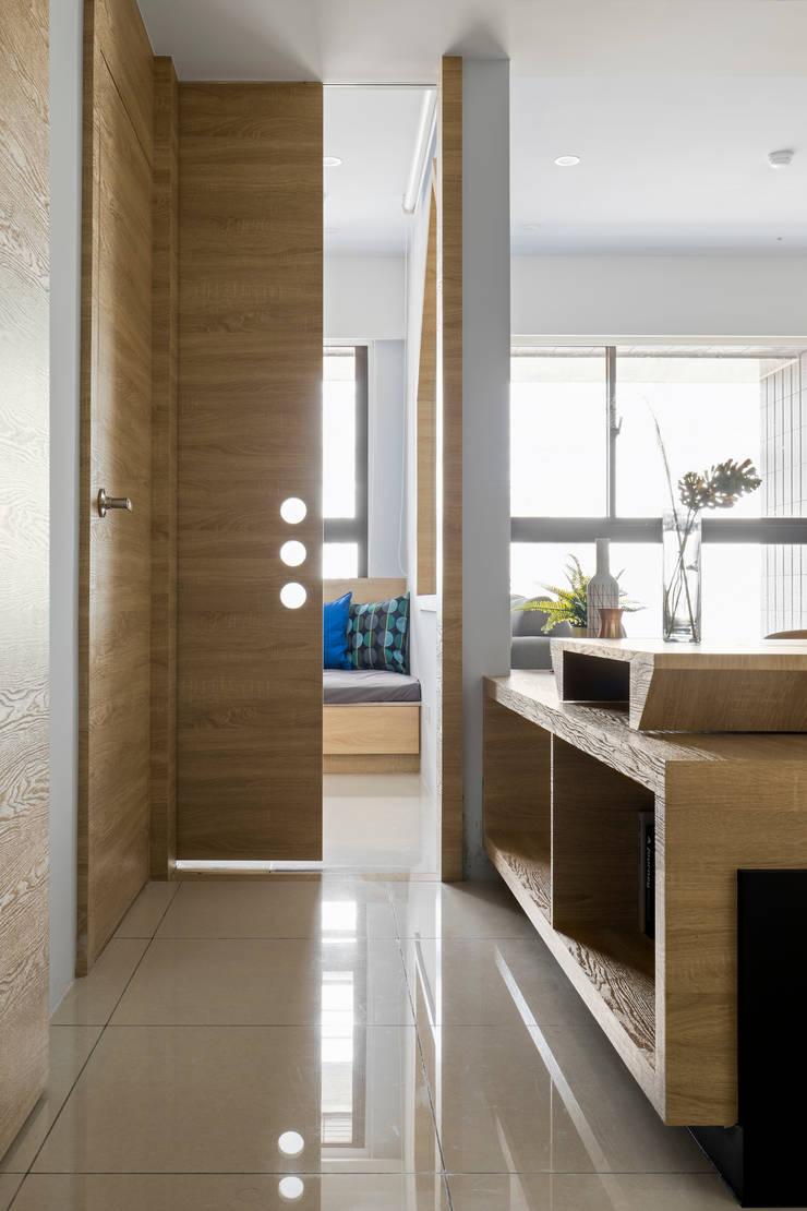 自遊人 實品屋:  玄關、走廊與階梯 by 16.A.DesignCrew