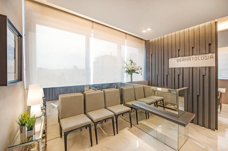 Decoração e Interiores  Recepção do consultório: Escritórios  por BG arquitetura   Projetos Comerciais