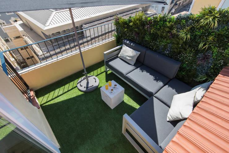 JARDIM VERTICAL - DUPLEX SANTOS LISBON: Terraços  por Wonder Wall - Jardins Verticais e Plantas Artificiais