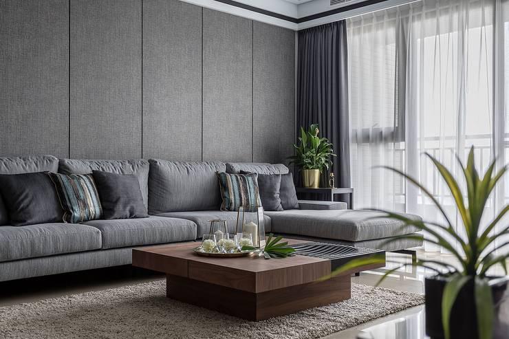 沙發牆:  客廳 by 柏爾室內設計事務所