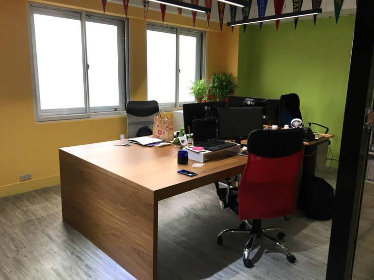 貝爾國際 豐富色彩 辦公室新典範:  辦公大樓 by 捷士空間設計(省錢裝潢)