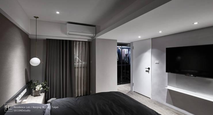 暗色調並帶有沈穩寧靜氛圍的住家設計:  臥室 by SECONDstudio