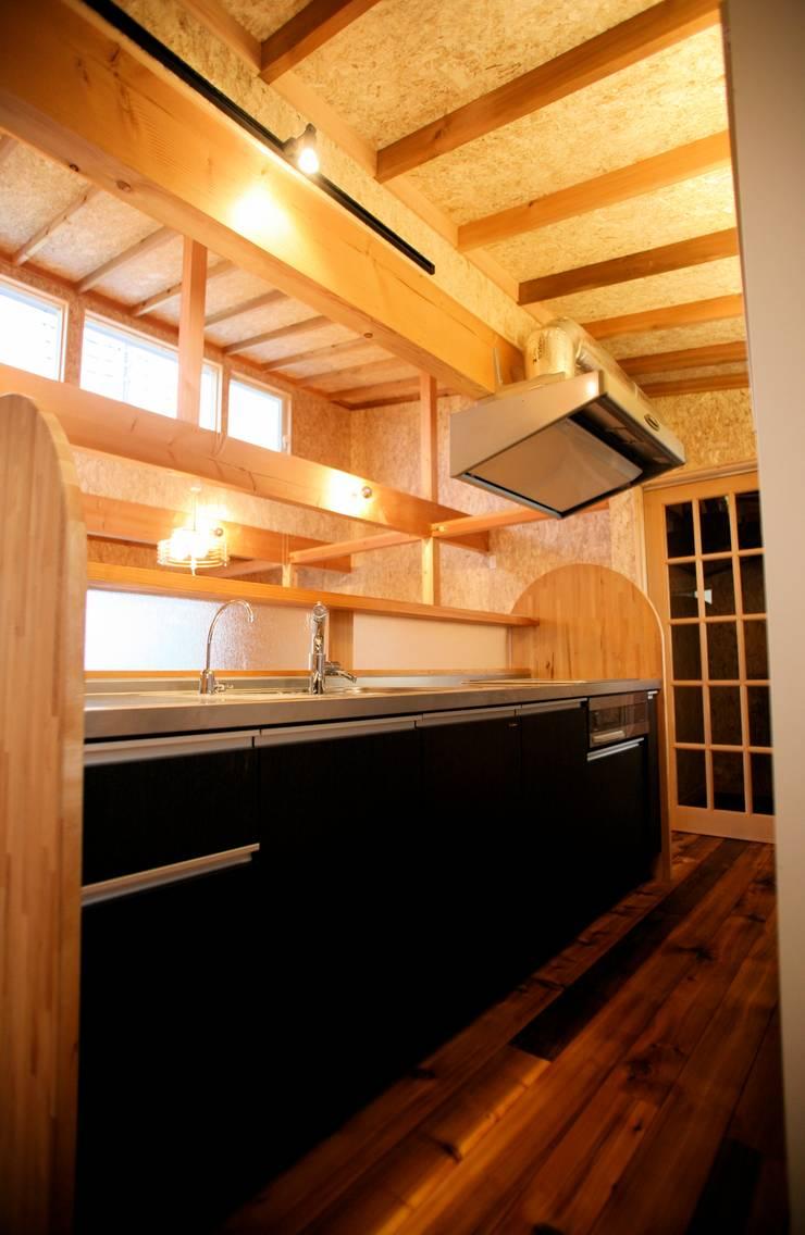 Kitchen by 株式会社高野設計工房, Asian