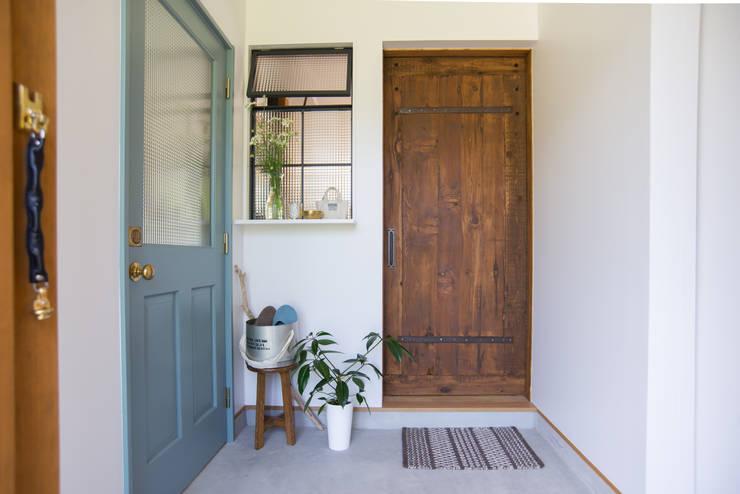 土間キッチンの家 house_in_nishiyama: タイラ ヤスヒロ建築設計事務所/taira yasuhiro architect & associatesが手掛けた玄関&廊下&階段です。