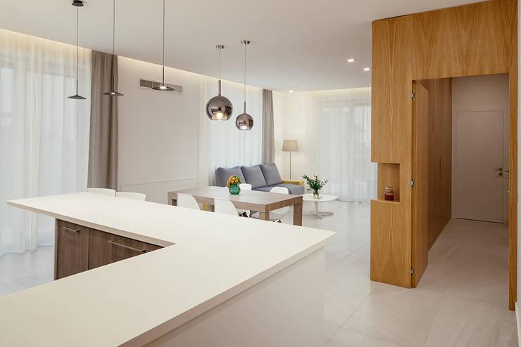 vista del living dall'ingresso: Soggiorno in stile  di manuarino architettura design comunicazione