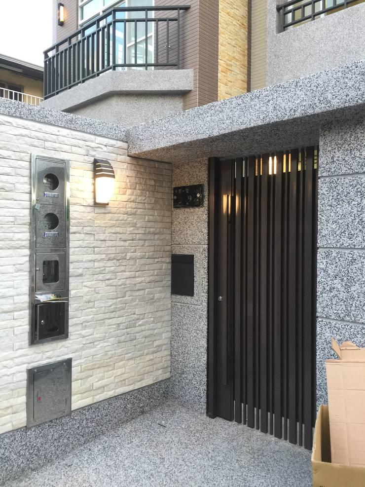 入口大門:  房子 by 艾莉森 空間設計