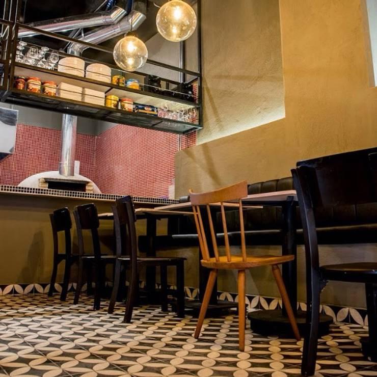 Pizzería la Roma:  de estilo  por CASA DINAMICA   Arquitectos de Interiores   Bogotá