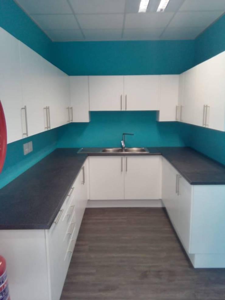 Modern Kitchen:  Kitchen units by Universal Kitchens & Granite