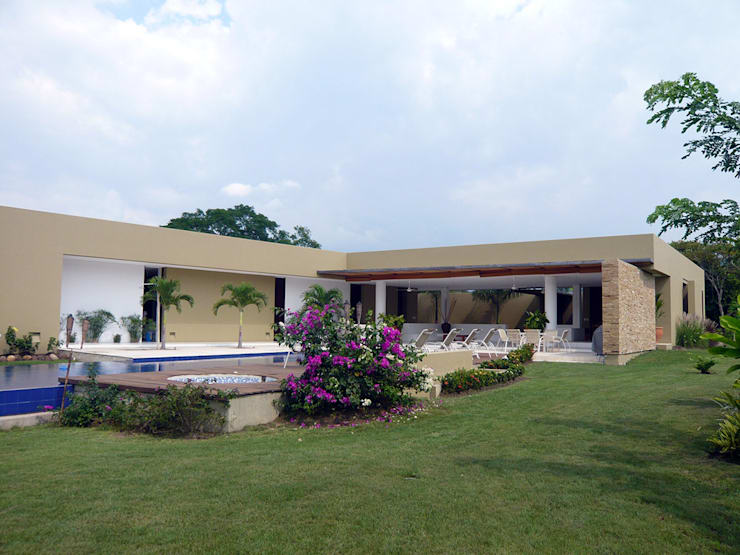 CASA MESA DE YEGUAS V-40: Fincas de estilo  por NOAH Proyectos SAS, Tropical Concreto