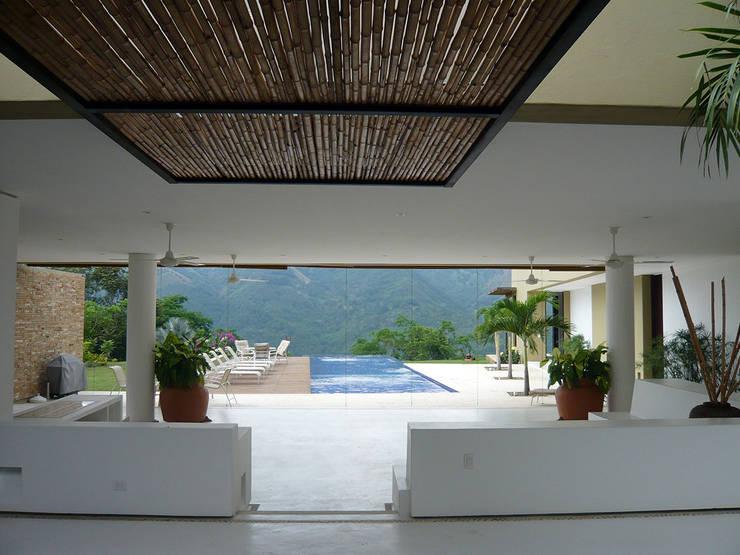 CASA MESA DE YEGUAS V-40: Piscinas de estilo  por NOAH Proyectos SAS, Tropical Bambú Verde
