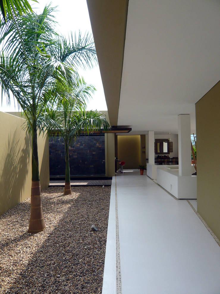 CASA MESA DE YEGUAS V-40: Casas campestres de estilo  por NOAH Proyectos SAS, Moderno Concreto