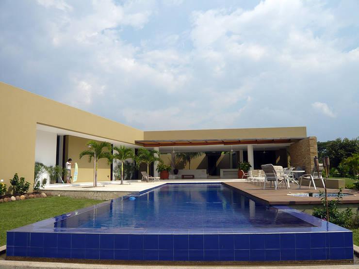CASA MESA DE YEGUAS V-40: Piscinas infinitas de estilo  por NOAH Proyectos SAS, Moderno Concreto