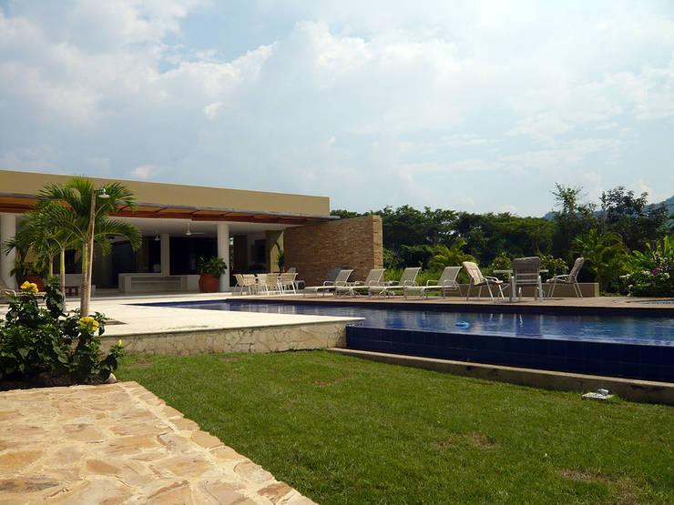 CASA MESA DE YEGUAS V-40: Piscinas de jardín de estilo  por NOAH Proyectos SAS, Moderno Concreto