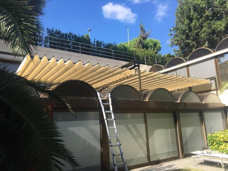 Toldo para proteger entrada de luz: Balcones y terrazas de estilo  de TOLDOS CLOT, S.L.