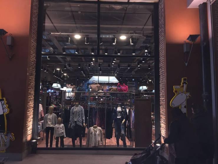 LOCAL COMERCIAL EN ALTO ROSARIO: Galerías y espacios comerciales de estilo  por ARQUITECTO CORZO