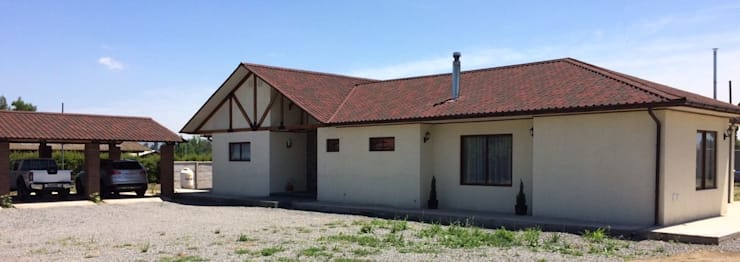 Fachada sur: Casas de campo de estilo  por BIM Urbano