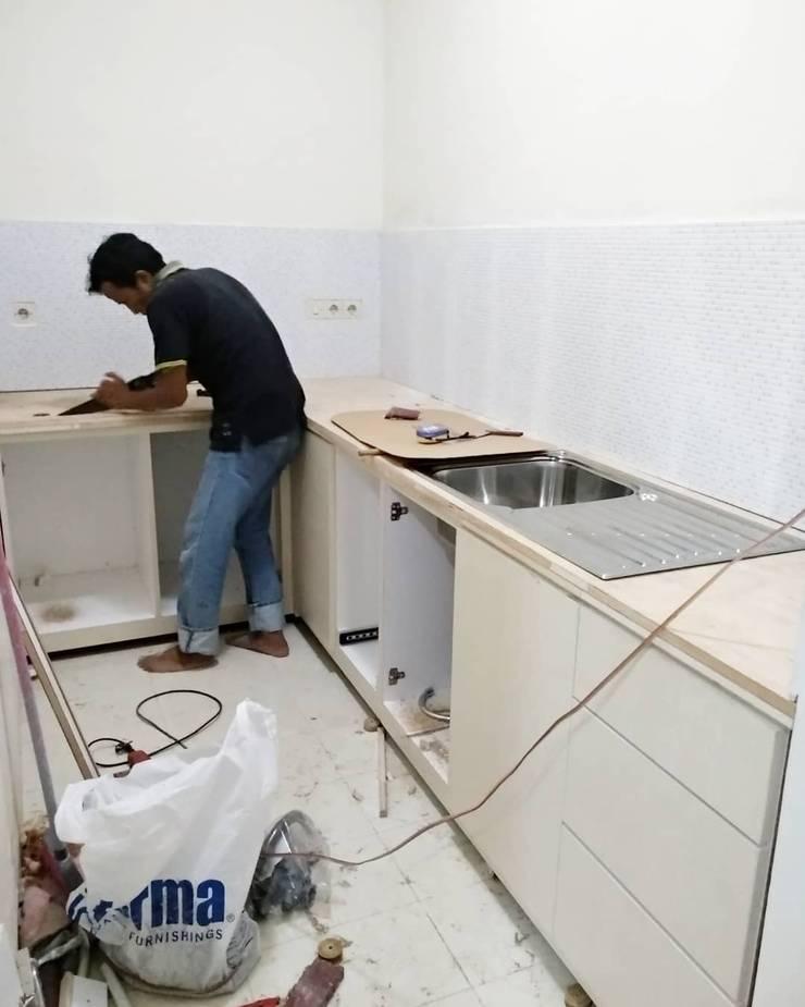Pekerjaan pemasangan kitchen set:  Kitchen by ADEA