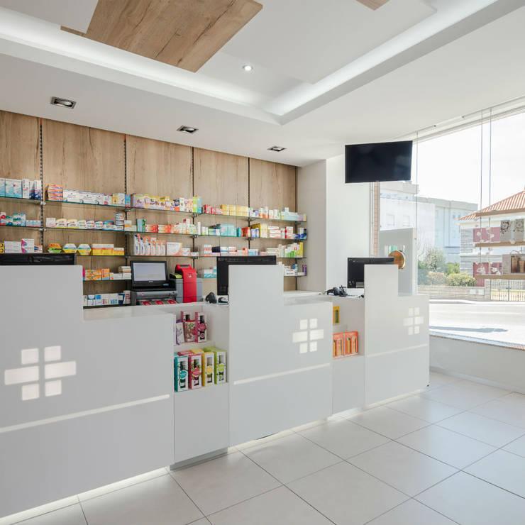 Projecto arquitectura e reabilitação de Farmacia de melgaço MJARC Arquitectos e Inside Farmacias:   por MJARC - Arquitectos Associados, lda