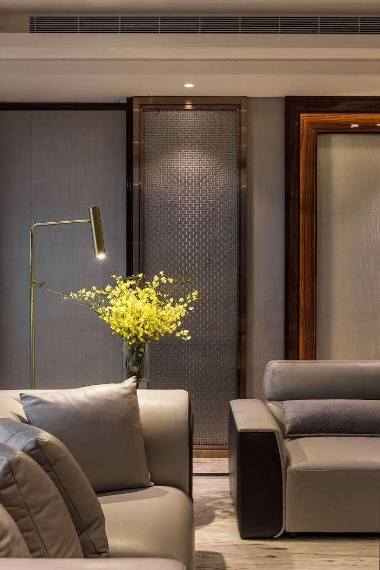 擁抱的姿態:  客廳 by 雅群空間設計