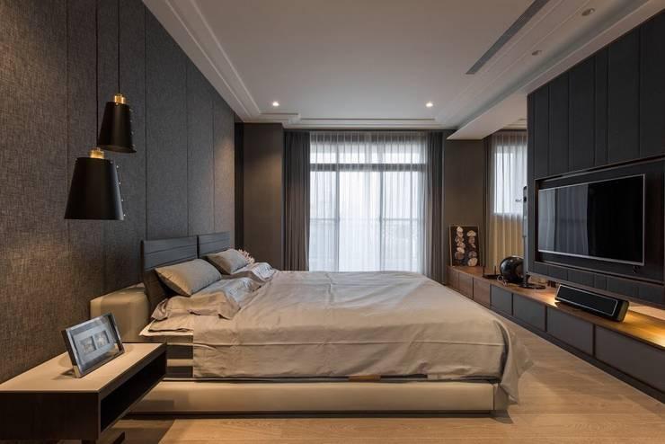 擁抱的姿態:  臥室 by 雅群空間設計