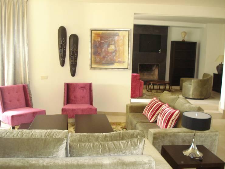 Decoración e interiorismo de una casa en Marbella: Salones de estilo  de Taller de Interiores Mediterraneos