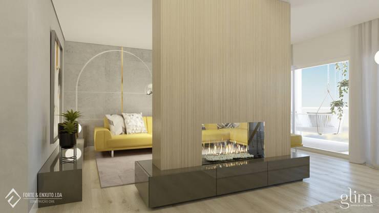 SALA COM LAREIRA: Sala de estar  por Glim - Design de Interiores