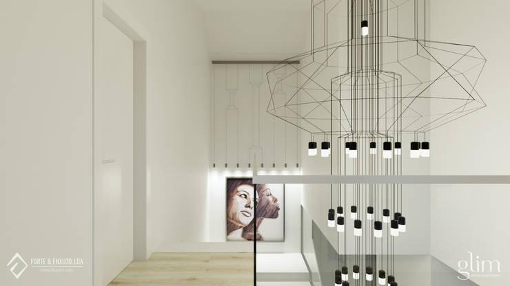 ILUMINAÇÃO MODERNA: Corredor, hall e escadas  por Glim - Design de Interiores