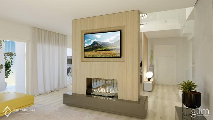SALA DE ESTAR COM LAREIRA : Sala de estar  por Glim - Design de Interiores