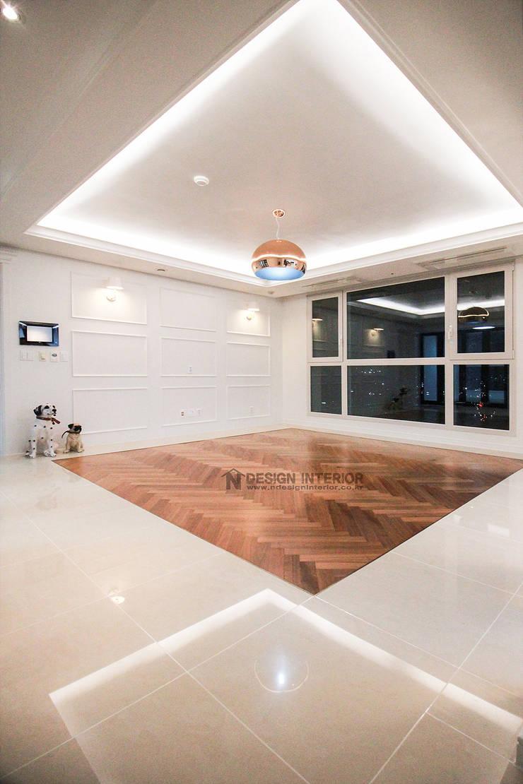 동탄 아파트 인테리어 - 웨인스코팅으로 유럽풍 느낌을 실현한 쌍용 플래티넘 by.n디자인인테리어: N디자인 인테리어의  거실,