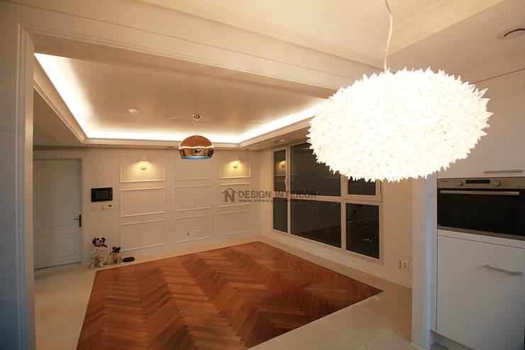동탄 아파트 인테리어 – 웨인스코팅으로 유럽풍 느낌을 실현한 쌍용 플래티넘 by.n디자인인테리어: N디자인 인테리어의  거실,
